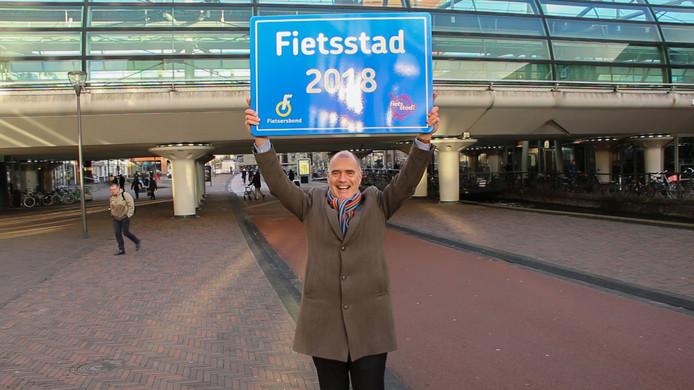 Een trotse wethouder Kees van Dalen nam het bord 'Fietsstad 2018' mee naar Houten.
