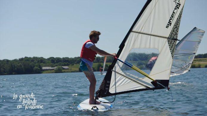 Cette semaine, Ludo a testé la planche à voile aux Lacs de l'Eau d'Heure.