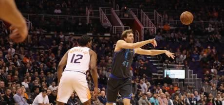 Nowitzki viert rentree met NBA-record: 21 seizoenen bij de Mavericks
