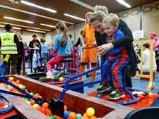 Jeugdprinselijk koppel ontvangt honderden kinderen in Zevenbergen (video)