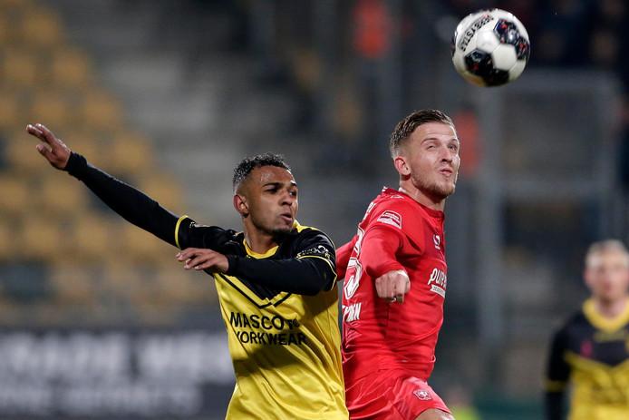 Nicky Souren (l, Roda JC) in duel met FC Twente-speler Jelle van der Heyden.