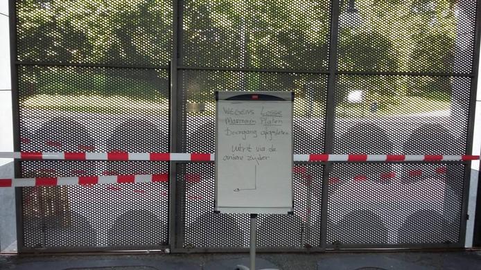 Waarschuwingsbord bij de afgezette ingang van het Stadskantoor.