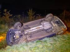 Auto met vier inzittenden belandt op z'n kop in een sloot in Veldhoven