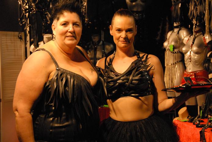 """Agnes Heijdemann en Patricia Duijts verkopen kinky kleding, waarvan alleen de buitenkant van (gerecycled) rubber is. """"Handig, want een rubberen binnenkant is lastig met aan- en vooral uittrekken"""", aldus Heijdemann"""