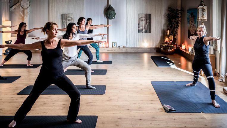 Yogadocent Michaela Poort (rechts) uit Nootdorp werd benaderd om met Vitalis GGZ samen te werken. Ze besloot het risico te nemen. De deelnemers op de foto zijn geen cliënten van Vitalis. Beeld Freek van den Bergh