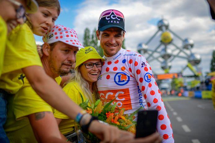 Greg Van Avermaet prend la pose avec des fans au pied de l'Atomium lors de la deuxième étape du Tour de France 2019.