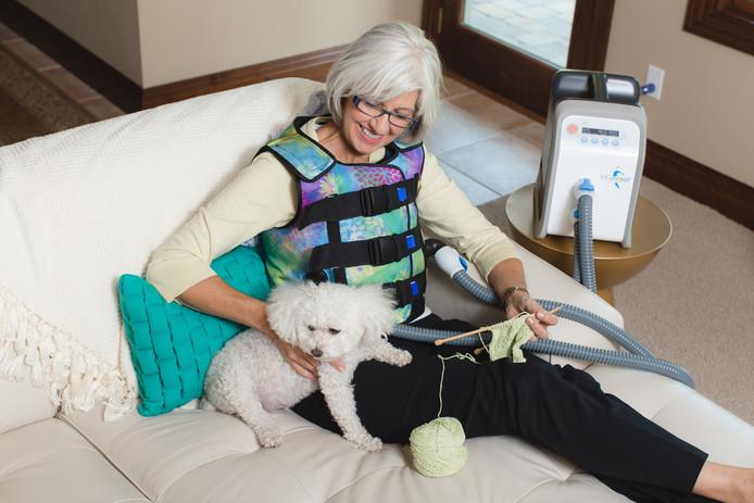 Een patient draagt een trilvest om de longen makkelijker schoon te krijgen.