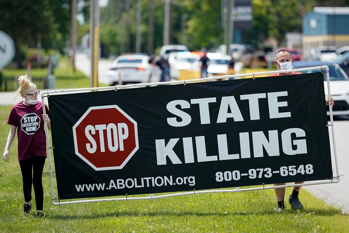 Bij de gevangenis demonstreerden mensen tegen het uitvoeren van de doodstraf.