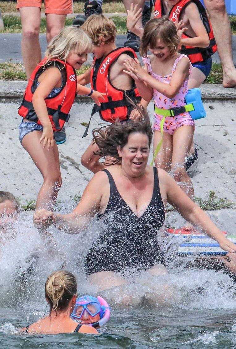 Een kleine 100-tal mensen hebben deze namiddag deelgenomen aan de Big Jump in Harelbeke.