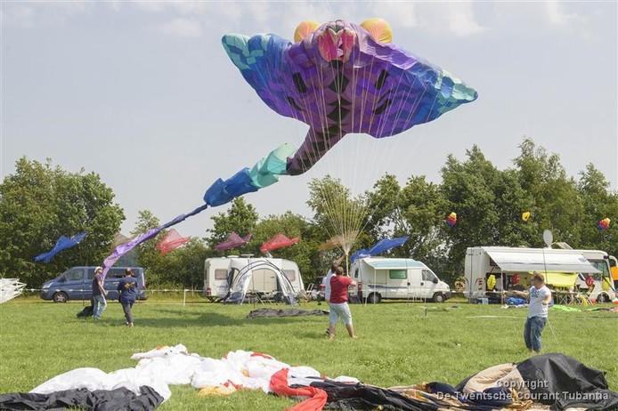 Beeld van het Vliegerfeest Twenterand.