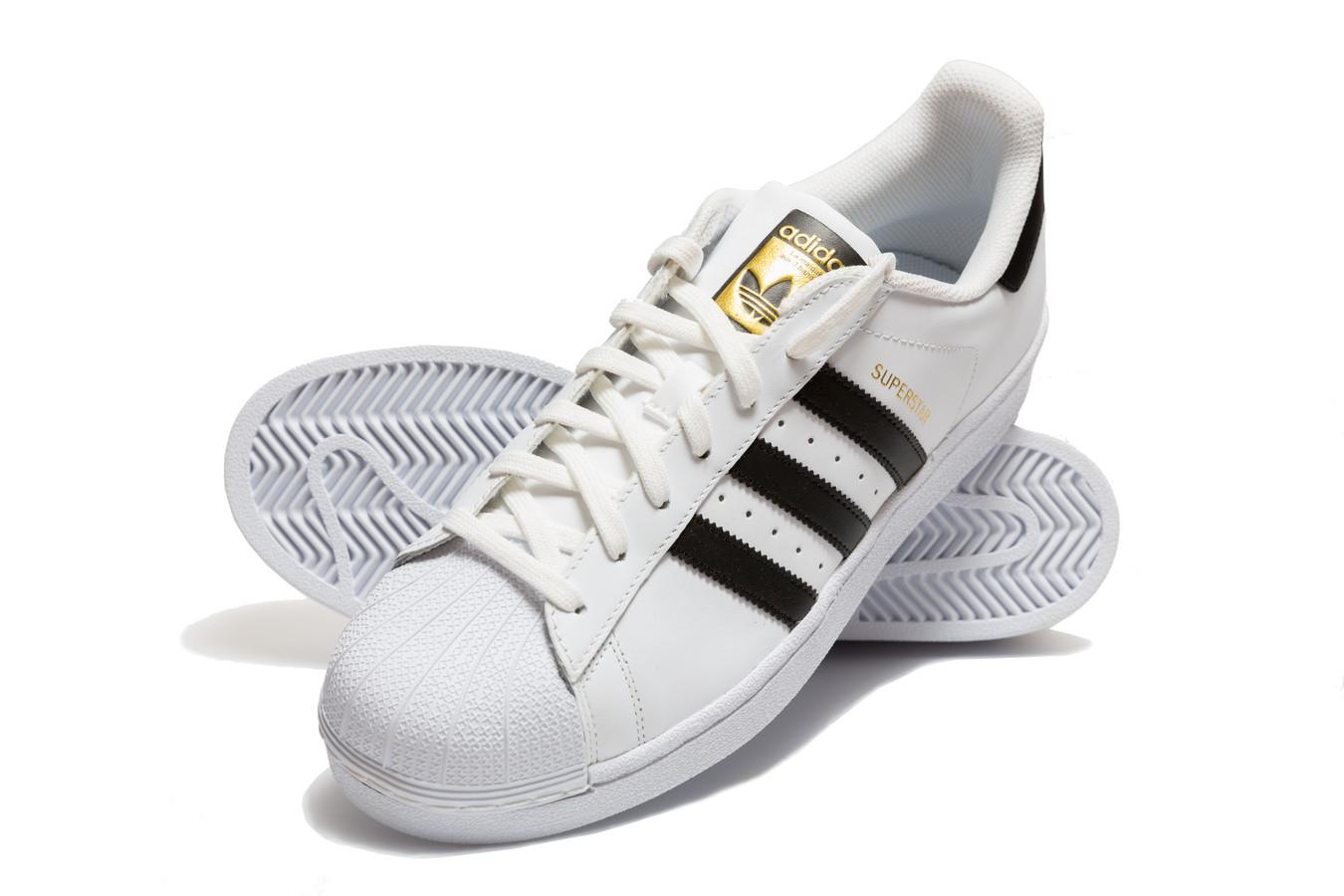Run DMC is de eerste rapgroep die een lucratieve sponsordeal binnensleept met dank aan het succes van My Adidas (1986). Dit nummer van de New Yorkse rappers is een ode aan de Adidas-schoen en daar speelde het merk slim op in. De sportschoen met de drie strepen veranderde zo van een schoen voor op het sportveld in een geliefd mode-item.