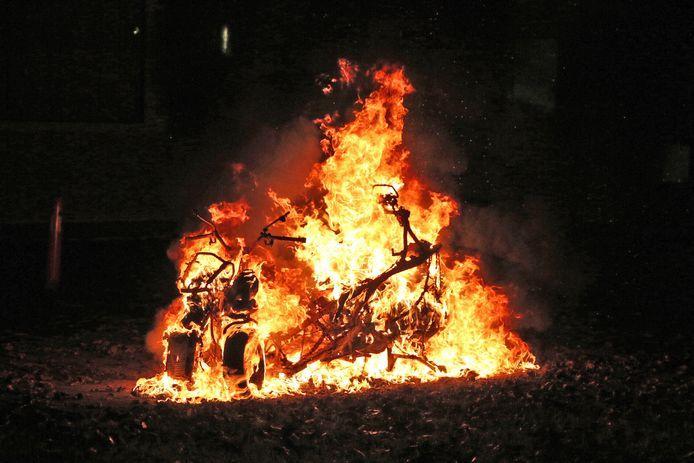Een motor in vlammen opgegaan Schubertlaan Delft.