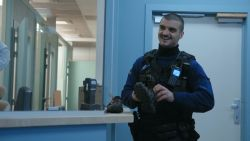"""Gentse politie helpt dakloze aan schoenen en jas: """"Gucci of Vuitton? We zijn net de 'fashion police'"""""""