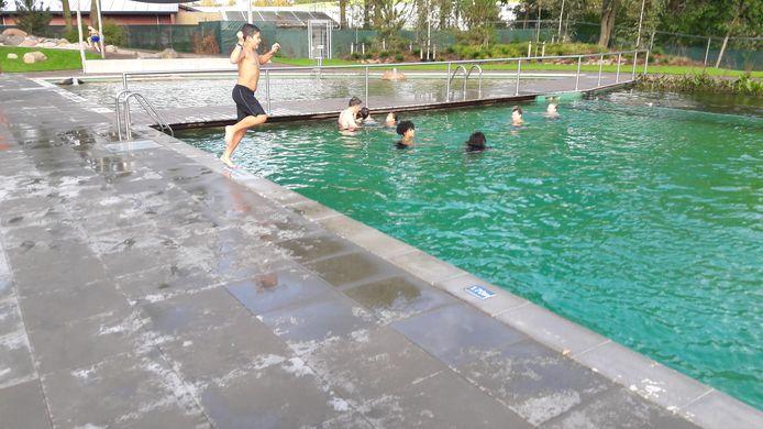 Zwembad De Peppel in Ede ging vanwege het mooie weer een dagje open.