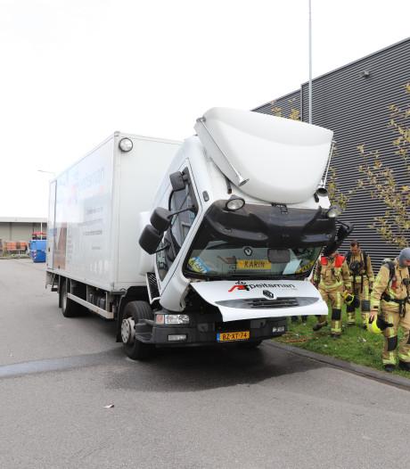 Brandweer rukt uit voor vuur onder cabine van vrachtwagen