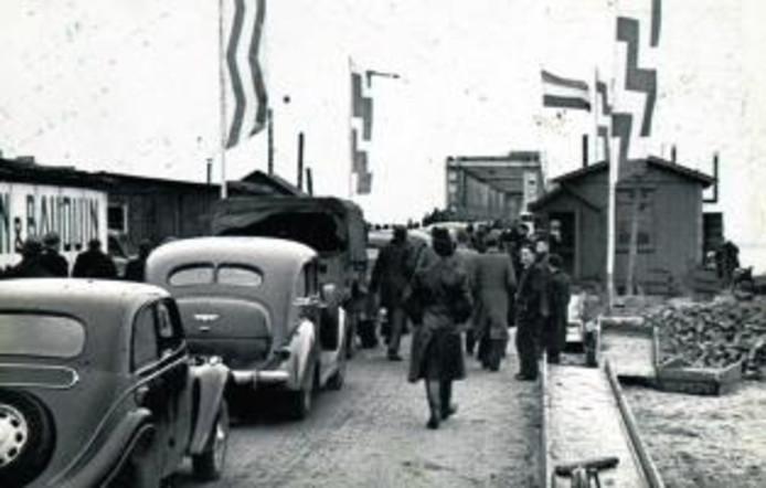 Opening van de Moerdijkbrug door koningin Wilhelmina in 1936. De belangstelling was bijzonder groot. archieffoto ANP