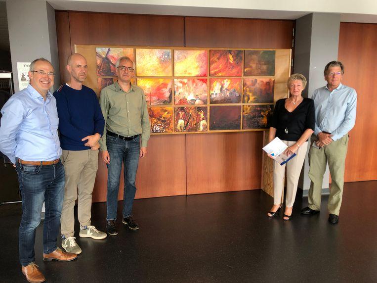 Initiatiefnemers voor de herdenking bij een groepskunstwerk over de Slag van Turnhout
