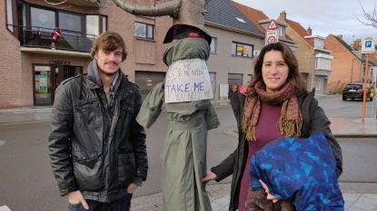 Jong Groen Middenkust hangt winterjassen op in Gaanderijen en Normandpark