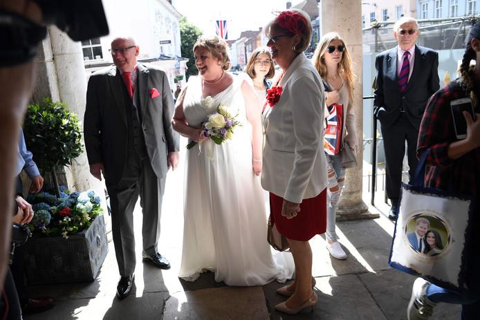 Bruid Karen Lewis trouwt een dag voor het grote huwelijk met haar bijna man Reg Palmer in het gemeentehuis van Windsor. Foto  Paul Ellis