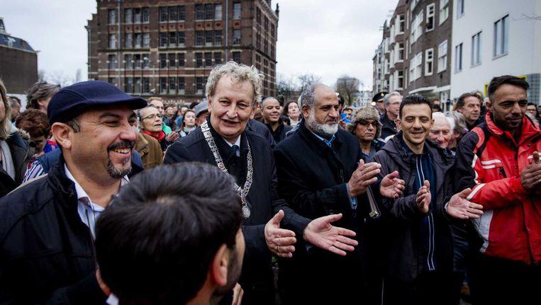 Burgemeester Van der Laan loopt met andere Amsterdammers door de Pijp als reactie op de aanslagen Beeld anp