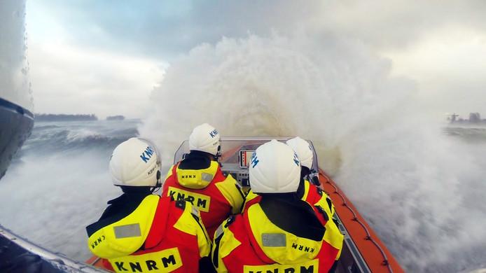 De KNRM en de Kustwacht zoeken sinds zaterdagavond op de Noordzee naar een zeeman die over boord is gevallen.