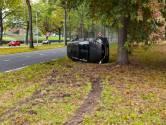 Auto belandt op zijkant na botsing in Tilburg, geen gewonden