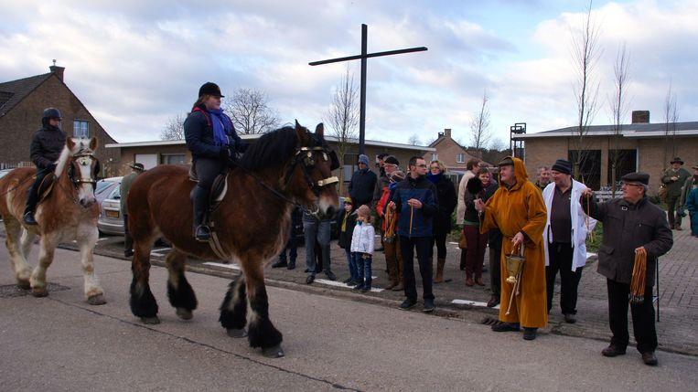 Paarden worden gezegend aan de Sterboskapel.