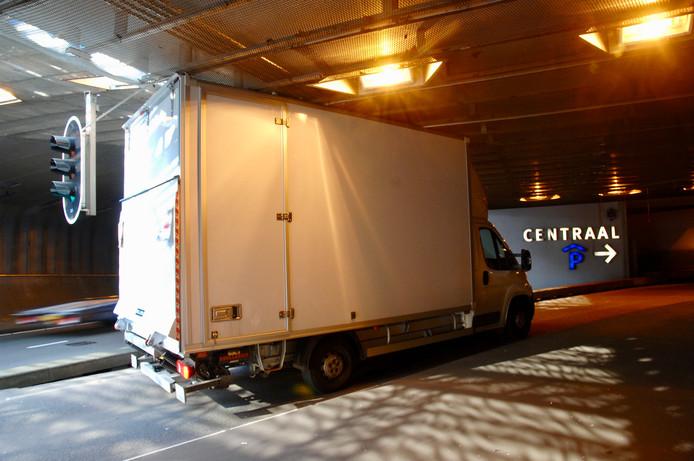 Het vrachtwagentje heeft zichzelf klemgereden onder de Willemstunnel in Arnhem.