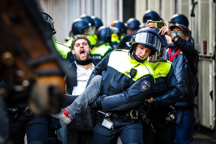 Een bezetter wordt afgevoerd bij het P.C. Hoofthuis vorig jaar september.