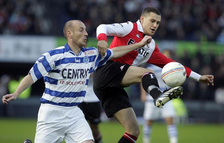 Feyenoorder Luigi Bruins (R) in duel met Rene Bot van De Graafschap. Foto ANP/Ed Oudenaarden Beeld