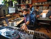 Muzikant Ehsan neemt krantenwijk over om album te kunnen maken