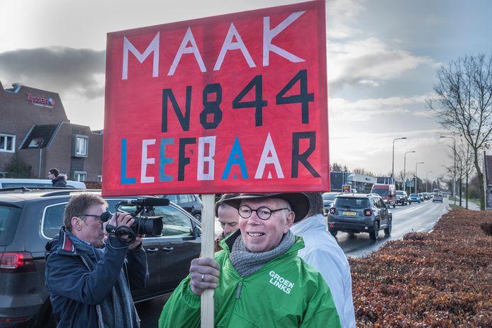 Raadslid Rob Schuurman met een protestbord.
