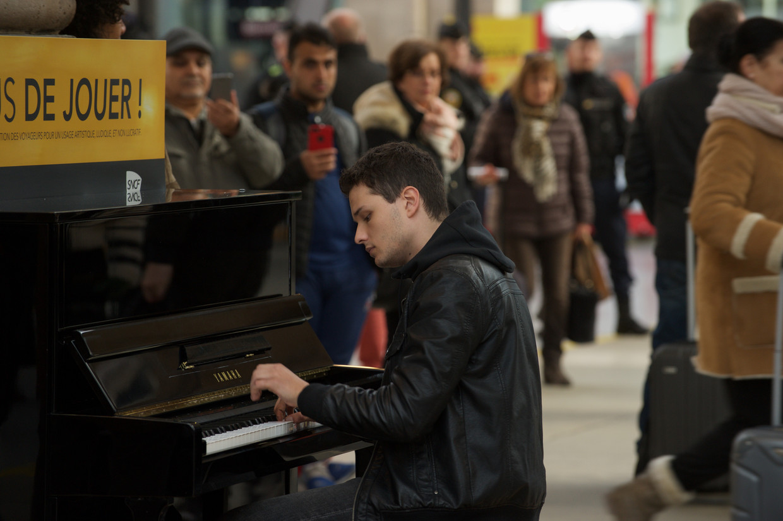 De 20-jarige Mathieu Malinski (Jules Benchetrit) is een getalenteerde pianist die zijn liefde voor de muziek geheim houdt voor zijn omgeving.