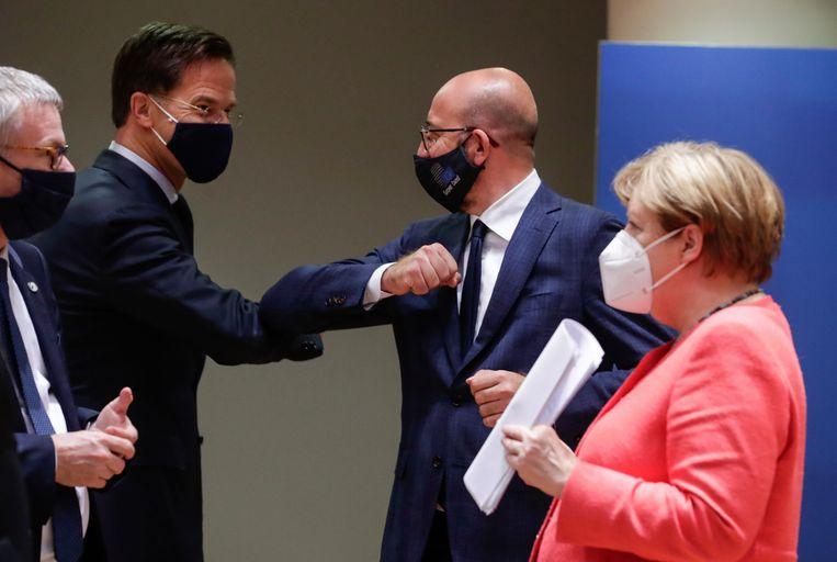 Mark Rutte elleboogt met EU-president Charles Michel.  Beeld AP