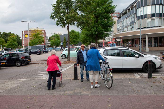 Gemeenteraadslid Rachid Karkache van Gouda Positief in gesprek met buurtbewoners bij winkelcentrum Goverwelle.