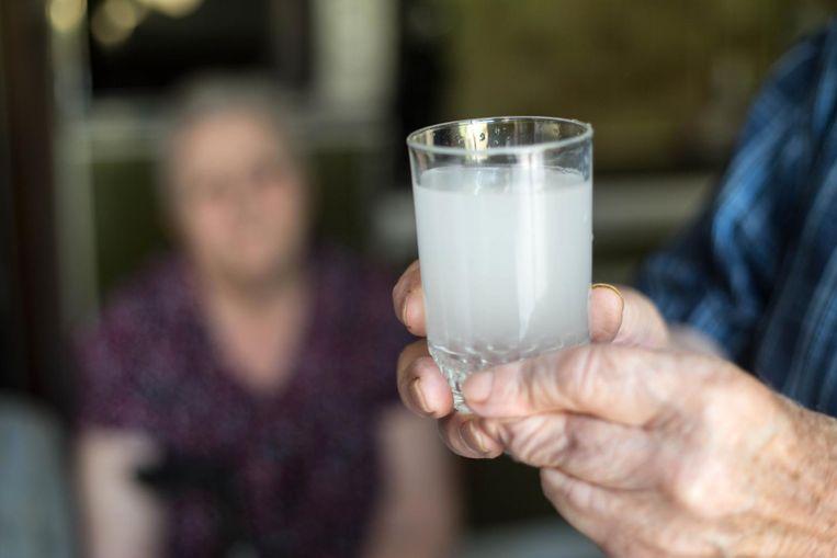 Het water uit de kraan kleurt wit door de hoge concentratie ijzer die erin zit.