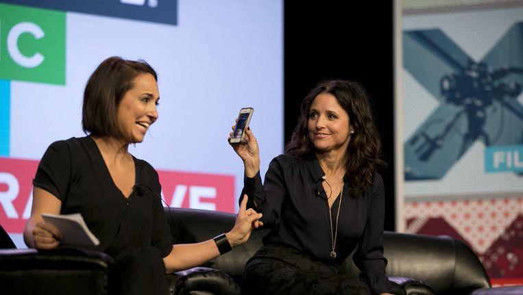 Julia Louis-Dreyfus met de Meerkat app tijdens South by Southwest Beeld ap