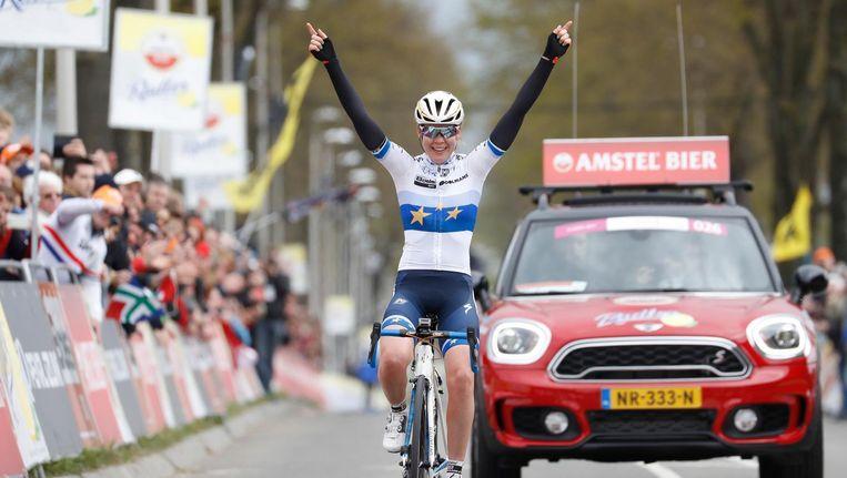 Van der Breggen komt als eerste over de finish in Vilt. Beeld belga