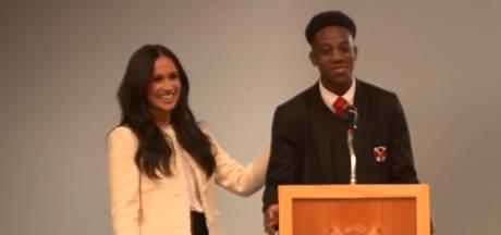 Student 'steelt' kus van Meghan Markle: 'Sorry dat ik je vrouw heb geknuffeld, Harry'