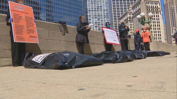 """Le mouvement """"Refuse Fascism"""" a déposé des sacs mortuaires devant la Trump Tower de Chicago."""