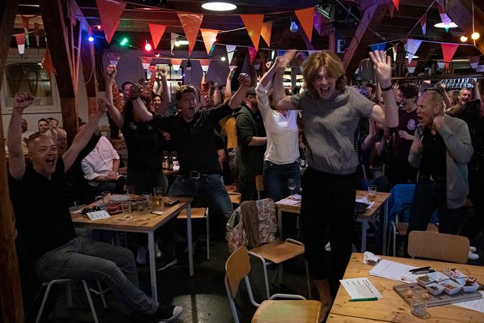 PR dgfoto Gelderlander Nijmegen: In de Thiemeloods in de Nijmeegse wijk Bottendaal kon men op een groot scherm zien hoe Duncan Laurence vanavond het Eurovisie Songfestival won. [OP DE FOTO: ONTLADING, DUNCAN LAURENCE HEEFT GEWONNEN!]