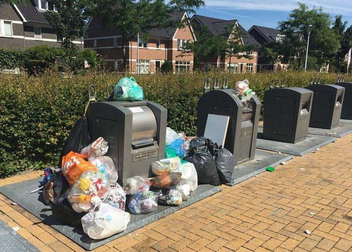 Soms gaat het om doelbewuste dump, in andere gevallen heeft een container geweigerd waarna mensen geen zin hadden om een zak weer mee terug te nemen.