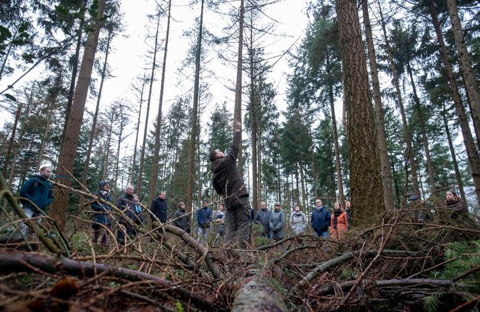 Rene Visser geeft tekst en uitleg over de bomen in de Sysselt.