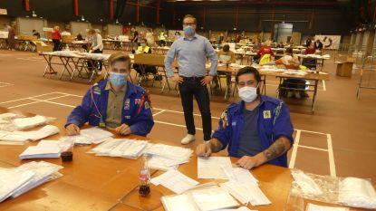 """Vrijwilligers helpen mondmaskers inpakken en verdelen in de Brielpoort: """"Op de valreep 40.000 mondmaskers tegen zondagavond in de bus"""""""