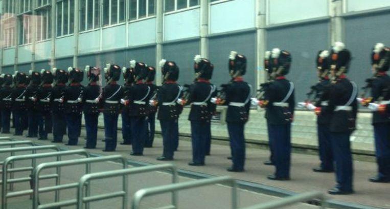 Militairen langs de route. Beeld Trouw