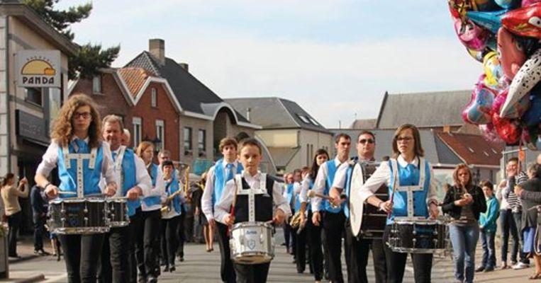 De Zwalmfanfare mag de avondmarkt feestelijk openen.