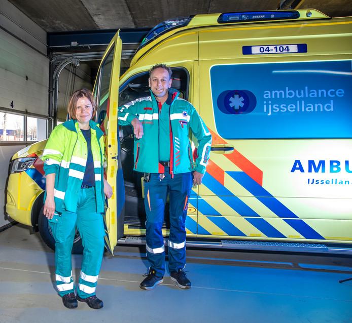 Medewerker Henriette Nijman van Ambulance IJsselland in het oude pak van het ambulancepersoneel, haar collega Sander de Jong in het nieuwe pak.