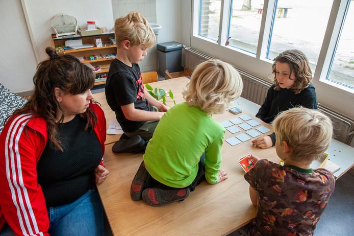 Leerlingen van de Democratische School De Tijd en Ruimte spelen een spelletje memory.