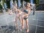 Koele douche onder Vrede Fontein, Bredanaars blij met natte attractie