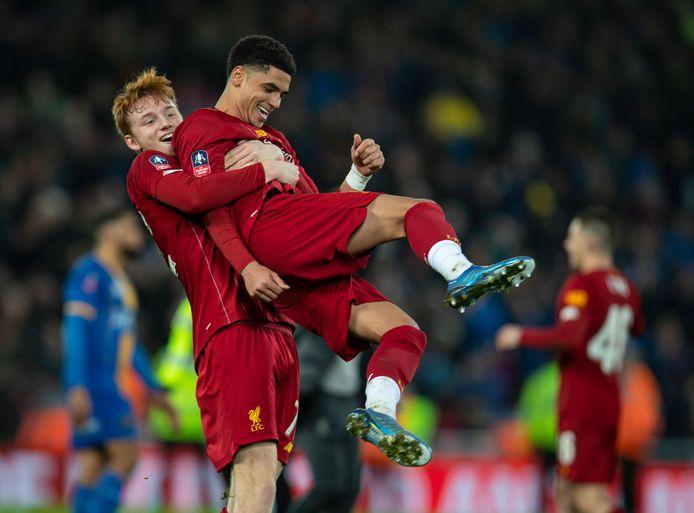 Sepp van den Berg en Ki-Jana Hoever na een bekerwedstrijd met het eerste van Liverpool.